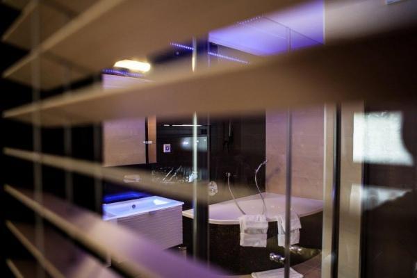 żaluzje w hotelowej łazience