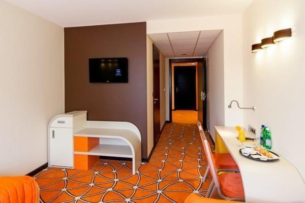 przestronny pokój hotelowy