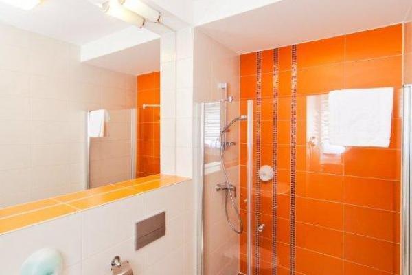 łazienka w ciepłym pomarańczowym kolorze