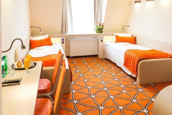 pokój dla dwóch osób z pojedynczymi łóżkami