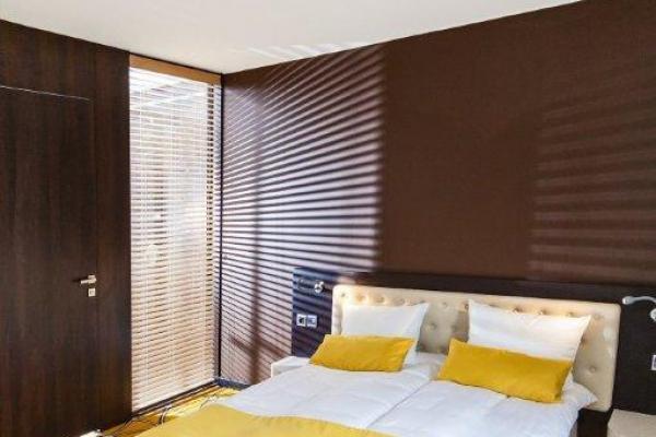 podwójne łóżko w apartamencie w hotelu