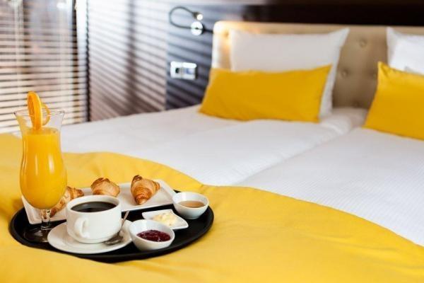 śniadanie podane do pokoju hotelowego