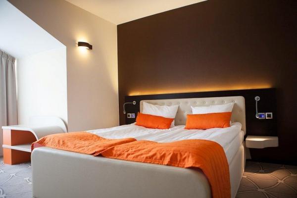 łóżko podwójne w hotelowym pokoju
